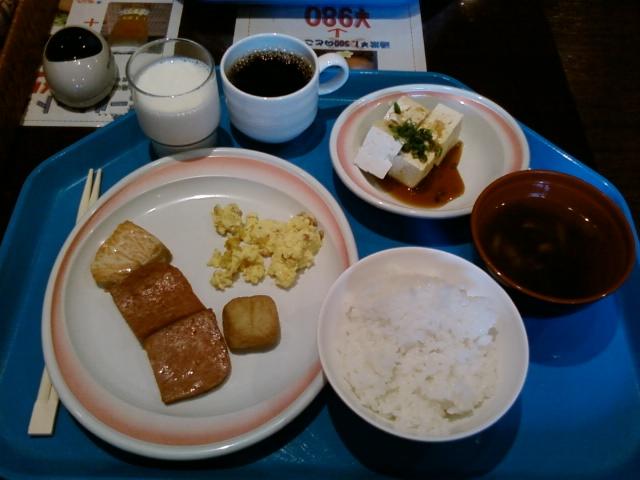 島豆腐の冷奴、もずくスープが沖縄らしい。